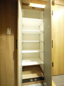 200木目が映えるキッチン-玄関収納棚
