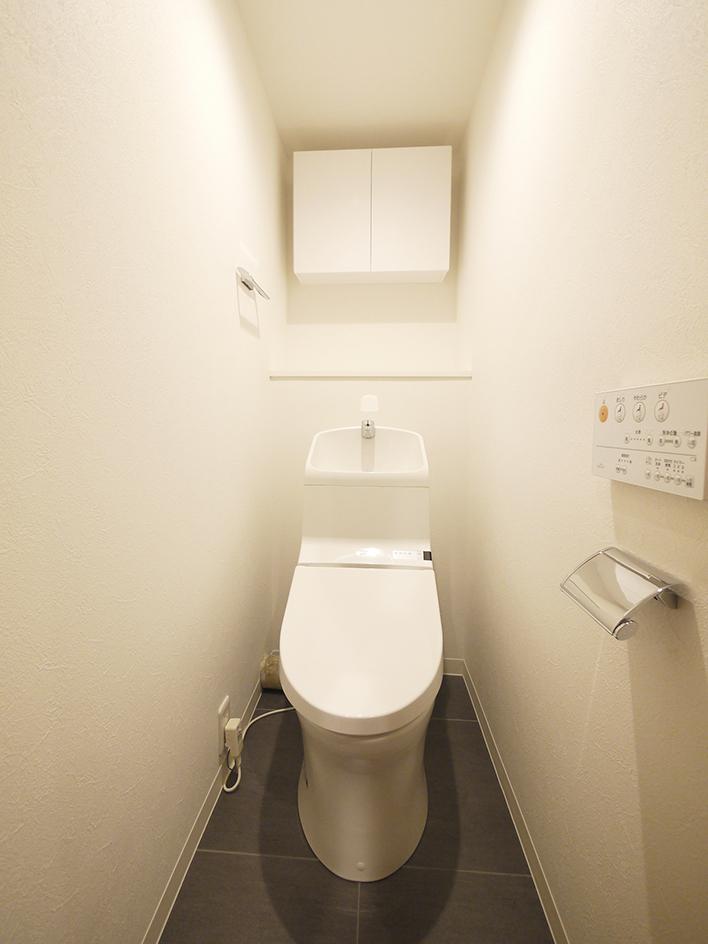 200木目が映えるキッチン-トイレ