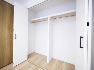200木目が映えるキッチン-洋室1収納