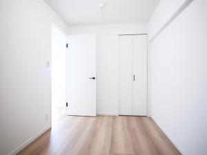 200木目が映えるキッチン-洋室2