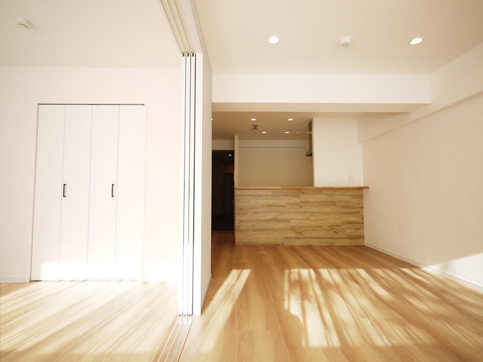 200木目が映えるキッチン-ベランダ側から洋室とリビング