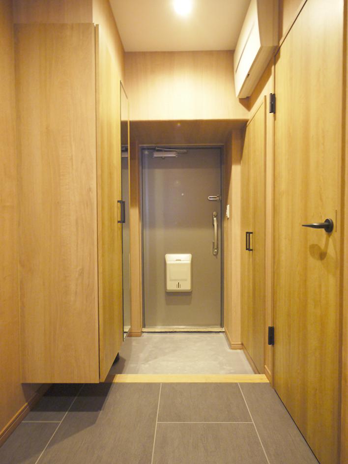200木目が映えるキッチン-玄関