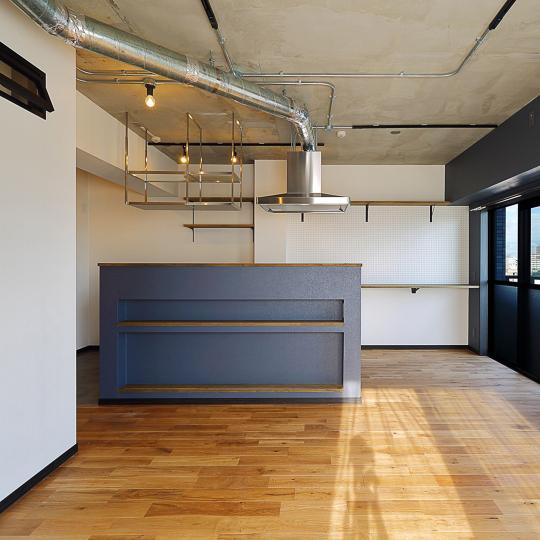 インダストリアルな空間にマッチするステンレスキッチン