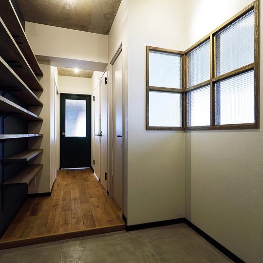 オープン収納と室内窓のある玄関
