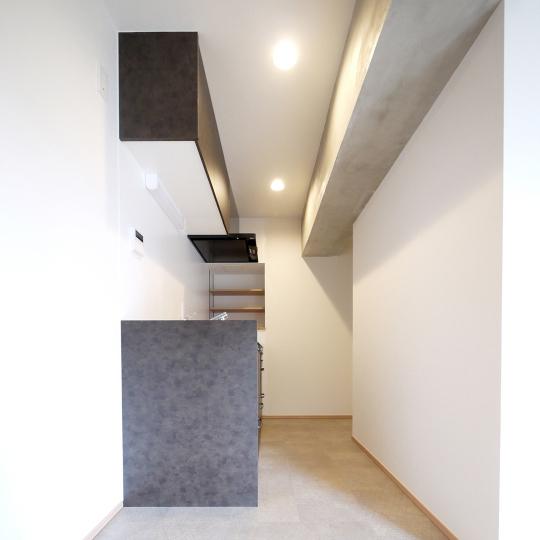モルタル&ヴィンテージブラックのキッチン