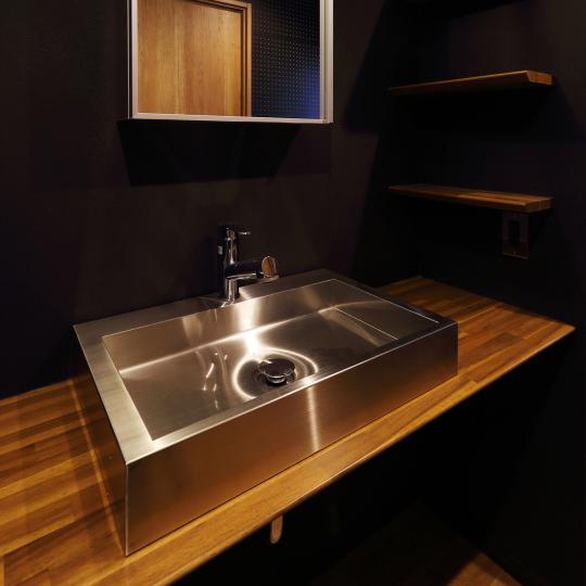 洗面台のあるシックな廊下