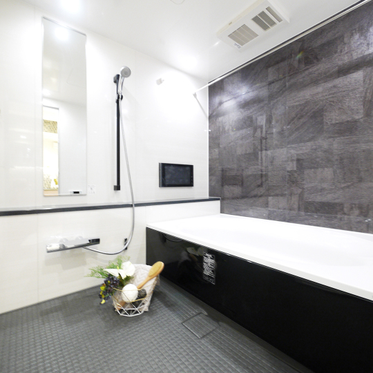 ゆったりしたモノトーンのバスルーム