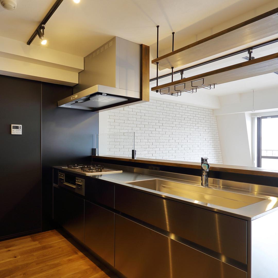 黒×ステンレスのスタイリッシュキッチン