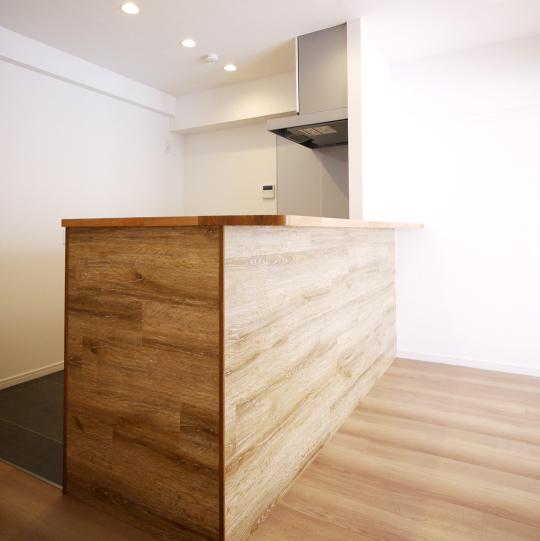 木目カウンターのシンプルモダンなキッチン