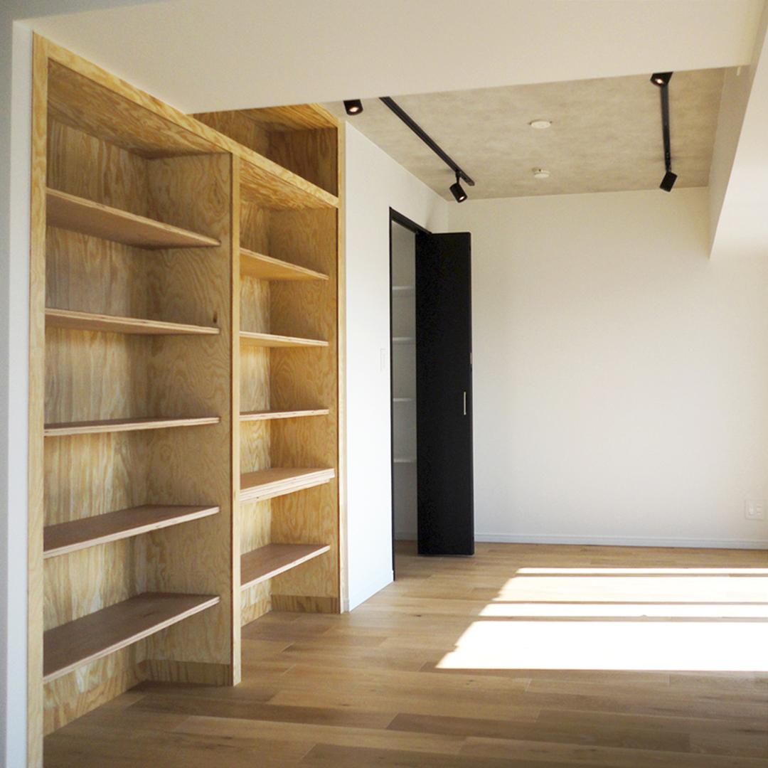 壁面の造作本棚