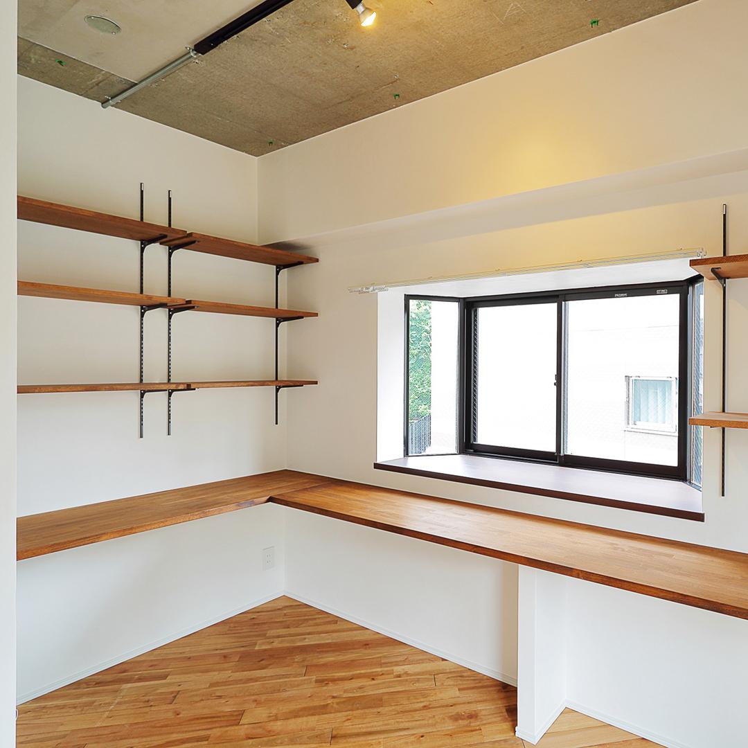 窓つきの居心地のよい仕事スペース