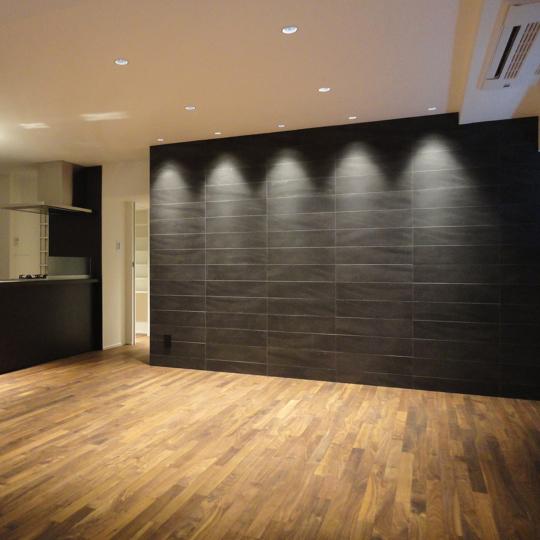 黒タイルの壁のモダンリビング
