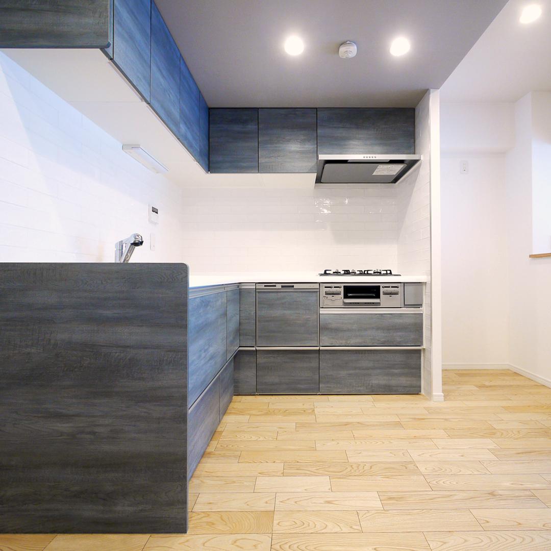 ヴィンテージ調のL型キッチン