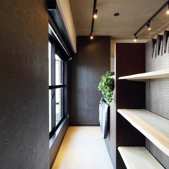 黒い壁の玄関土間