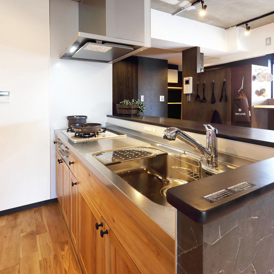 木製パネリングのキッチン